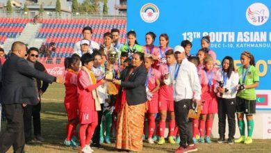 Photo of आँशु झार्दै,पोखरा रङ्गशालामा पदक बाँड्दै मन्त्री