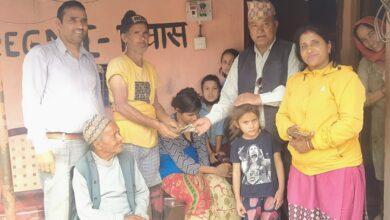Photo of समाजसेवी थापाद्धारा उपचारका लागि १० हजार रुपैयाँ सहयोग